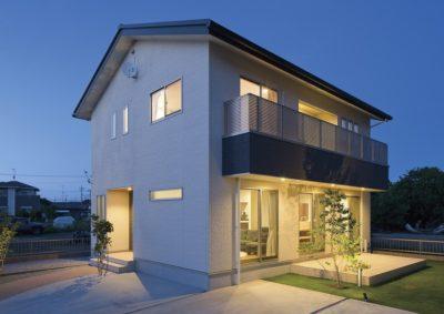 夜間が美しく映える、屋根一体型太陽光のお家