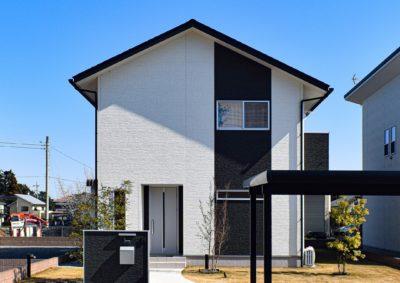 モノトーン調の外観がスタイリッシュでキレイなお家。